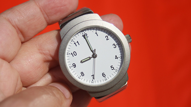 A watch displaying 9:00. Links to news item.